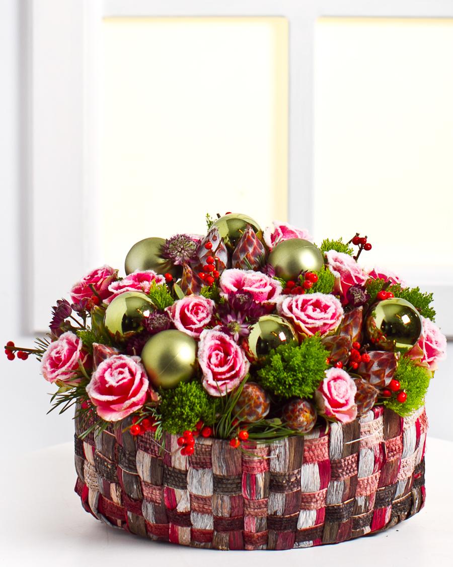 Seade lumiste roosidega korvis