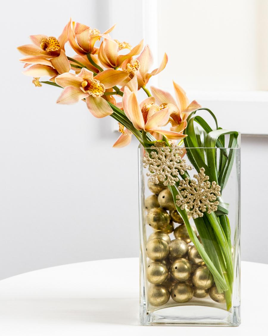 Stiilne jõulukaunistus orhideega klaasvaasis