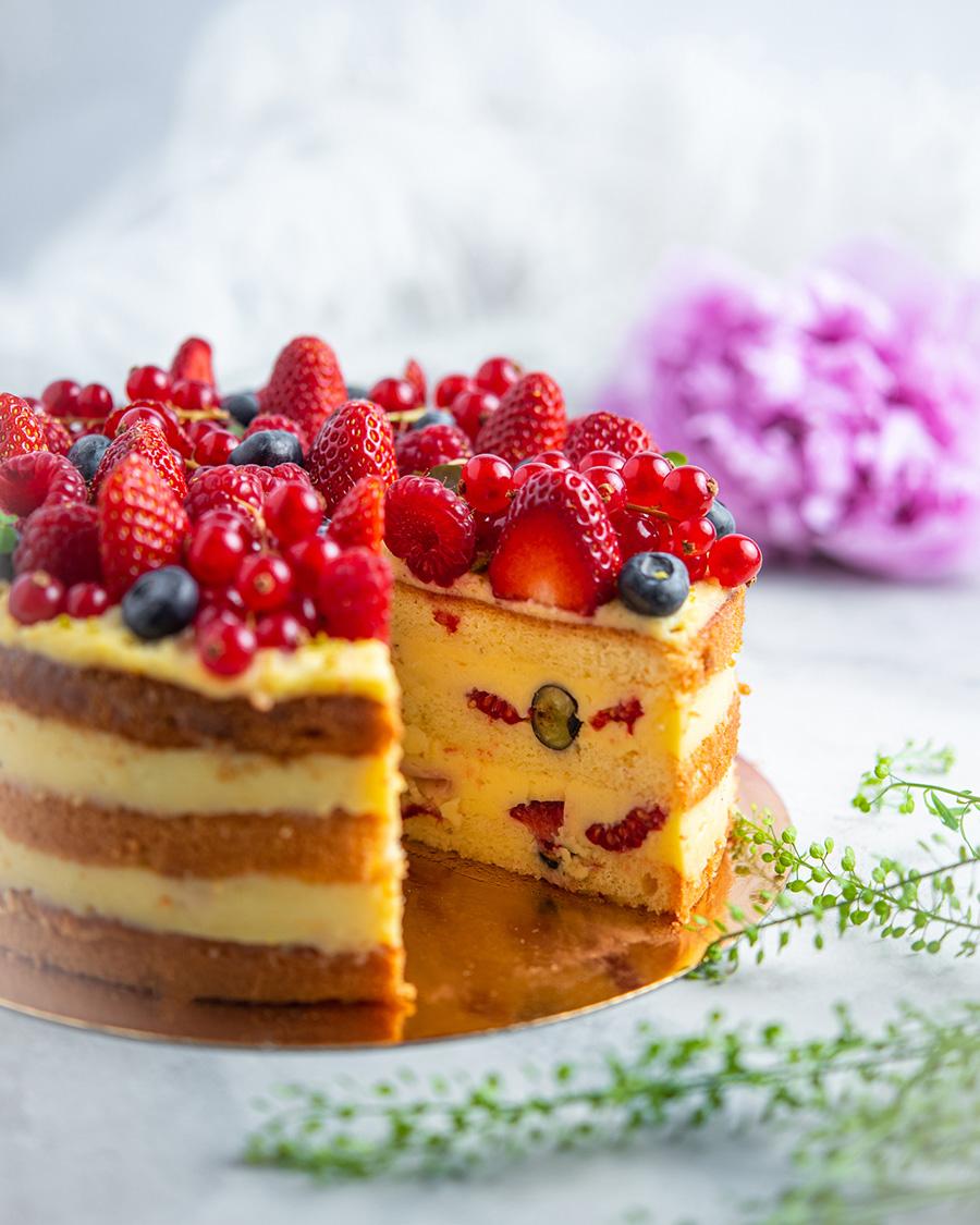 Vanillikreemi tort värskete marjadega